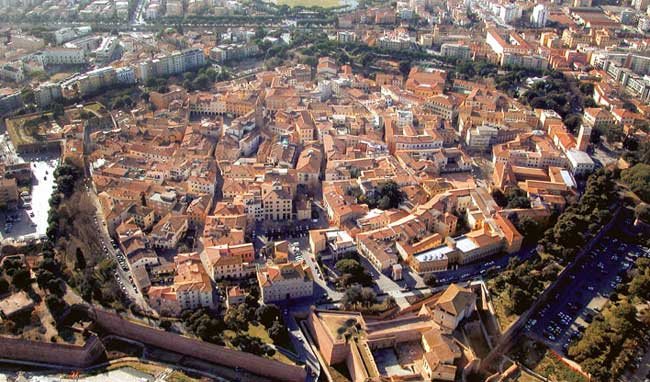 The historic center surrounded by the walls - image from ognisette.it